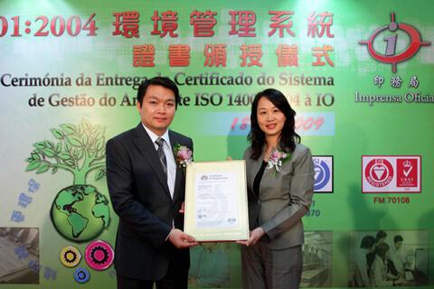 O Sr. Administrador Lei Wai Nong recebe o certificado.